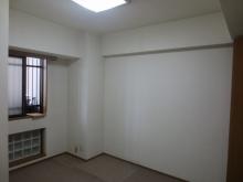 改修前のお部屋です。 既設の窓の内側に2重の樹脂サッシが入ります。