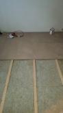 浮き床をつくっています。 マンションの場合床下が解体できないことが多いです。既設のフロアをはがし、その上に浮き床を施工します。
