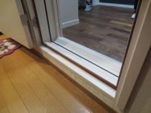 既設の床上に浮き床を施工しているので床は廊下より1段あがります。