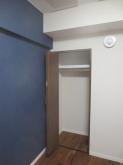 クローゼットも作り直しました。 床材と色味を合わせた建具を設置しました。