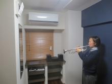 天井は吸音天井に仕上げてあります。 長時間の演奏にも疲れにくいとご好評をいただいています。