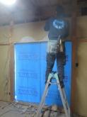 遮音補強開始です。出窓の腰窓は塞いで、遮音性能を高めます。