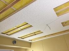 天井は遮音工事の後に吸音天井に仕上げています。