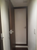 出入口のドアは廊下側は他のお部屋の建具に合わせた色味で、内側の防音室ドアはホワイトを設置しています。