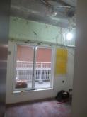 ベランダへの掃出し窓は内側に2重の樹脂サッシが入り3重の窓になります。