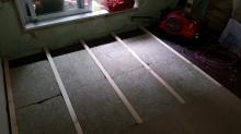 浮き床をつくっています。 今回のマンションは床下にスペースがなかったので、既設のフロアの上に浮き床をつくっていきます。
