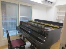 音テストもばっちりでしたので、クロス施工を行いました。ピアノもはいり素敵なピアノ室が完成しました。