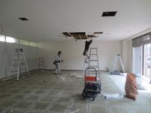 解体作業中です。天井高を確保するため天井も解体します。