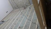 遮音工事が始まりました。 まずは浮き床をつくり、その上に防音室の柱をたてて浮いたお部屋をつくっていきます。