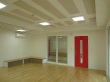 赤色の防音ドアがアクセントでよく映えます。 リトミックホールへの入口はスチール製の防音ドアと掃出しサッシでどちらからも出入りができます。