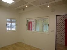 ピアノ室です。 FIX窓を2か所設け、エントランスと待合廊下からもレッスンの様子を確認できます。