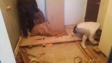 浮き床を施工しています。