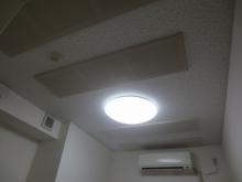 天井には当社オリジナルの吸音パネルがはいり、音の反響を調節しています。