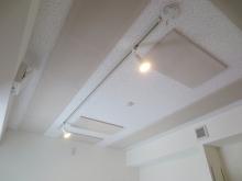 天井は吸音天井に仕上げています。 音の反響を調節し、長時間の演奏に疲れにくい空間に仕上げています。