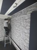 クロス施工後です。ガラリと雰囲気がかわりました。 壁の吸音パネルを取り付けています。