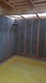 壁モルタル塗り後、浮き床コンクリートの下地組です。