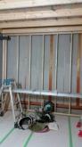 新しい柱をたてて防音室の壁をつくっていきます。