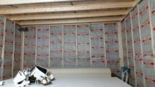 躯体壁と防音室側の壁の間に断熱材をぎっしり詰めていきます。