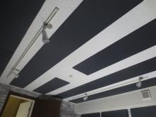 天井の吸音パネルは当社オリジナルです。 余分な反響をなくし楽器本来の音を引き出します。