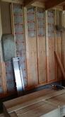 当社の施工開始です。躯体の壁の補強をしています。断熱材を入れて、モルタルを塗るための下地を張っています。