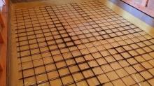 浮き床コンクリートの下地をつくっています。 断熱材の上に防湿シートとワイヤーメッシュをはっています。