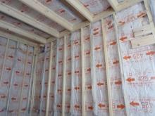 コンクリートが乾いた後に木工事にはいります。新しい柱を躯体に触れないようにたて、断熱材をぎっしり詰めていきます。