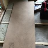 浮き床をつくっています。 当社の防音室はゴムで床を浮かせています。