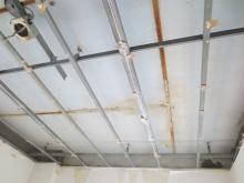 解体作業が始まりました。 天井高をできるだけ確保するため床や天井を解体します。