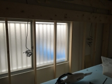 2か所の腰窓の内、ひとつはFIX窓で光が入るようにし、もう1つはそのまま生かします。 内側に2重のサッシがはいり3重の窓に仕上がります。