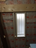 躯体を補強後、防音室側の壁をつくっていきます。 開口部を減らした窓です。