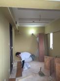 床のフロア材を張っています。