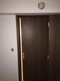 クロス施工後です。 入り口ドアは廊下側を片引き戸、防音室側は開き戸で計画しています。