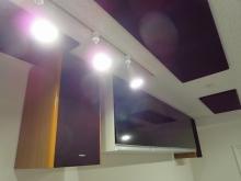 吊り戸棚の下にテレビを設置するのでサラウンドで映画などを楽しむことができます。