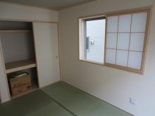 改修前のお部屋です。 押入れは取り壊しお部屋を広く使い、腰窓は埋めて開口部を減らし遮音性能を高めます。