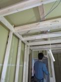 くたいの隙間をボードで埋めた後、新しい柱を建てていきます。