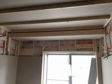 断熱材をぎっしり詰めたあと、石膏ボードを張り、防音室側の壁を作っていきます。