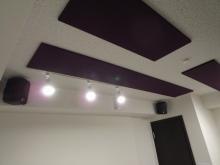 スピーカーはすべて壁掛けで設置しています。 天井の吸音パネルの紫色がよく映えています。