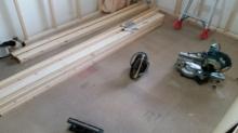 浮き床を施工した後に新しい柱を建てて防音室の特徴である2重構造をつくっていきます。