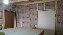 躯体壁と防音室壁の間には断熱材をぎっしり詰めていきます。