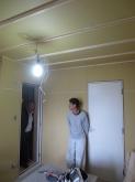 遮音壁と天井ができあがりました。 防音ドアも設置されました。 天井を吸音天井に仕上げます。