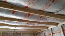 躯体と防音室の壁の間に断熱材をぎっしり詰めています。