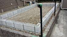基礎工事、浮き床コンクリートの準備をしています。 ブロックを組み、玉砂利を敷き詰めました。