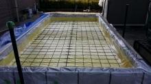 断熱材を敷き詰め、防湿シートとワイヤーメッシュを張ります。