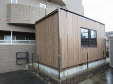 基礎のコンクリートが乾いた後に、ユニットハウスを設置しました。