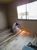 木工事開始です。 解体作業が始まりました。床の鉄骨を撤去しています。
