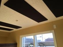 木工事完了です。天井は吸音天井に仕上げています。この状態で音テストを行います。
