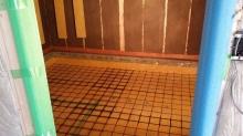 浮き床コンクリートの下地組みです。 壁と同様にコンクリートで遮音補強をします。