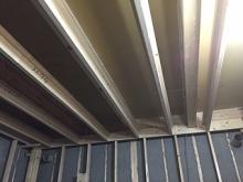 木工事にはいります。天井の下地組みです。 躯体に触れないように組んでいきます。