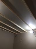断熱材を詰めた後、石膏ボードを張っていきます。遮音補強後に天井を吸音天井に仕上げていきます。お客様のお好みの音響空間にしあげていきます。