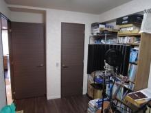 改修前のお部屋です。既設の収納は扉を撤去し、解体して防音工事を施し収納棚につくり直します。